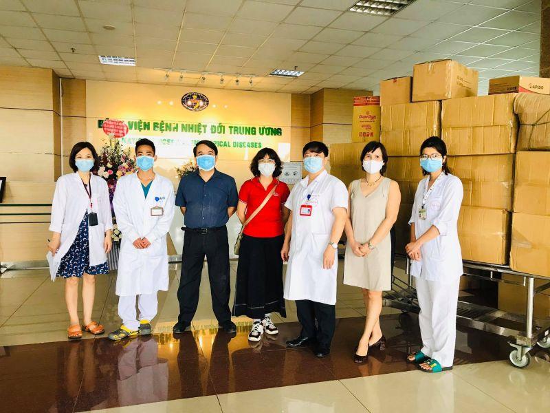 BS Hoàng Tú Anh và nhóm đồng hành trao tặng khẩu trang, đồ bảo hộ và trang thiết bị cho bệnh viện Nhiệt đới TW Cơ sở 2