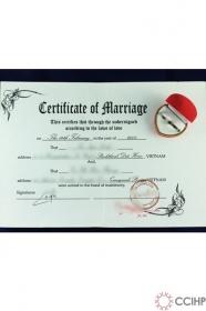 giấy kết hôn và đôi nhẫn cưới