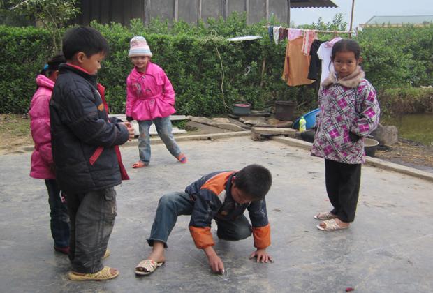Trò chơi lò cò của trẻ em nông thôn Tây Bắc