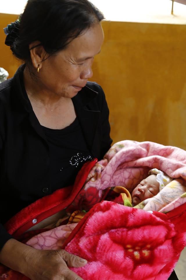 Bé mới sinh 1 ngày được bà nội bế để chờ tiêm phòng