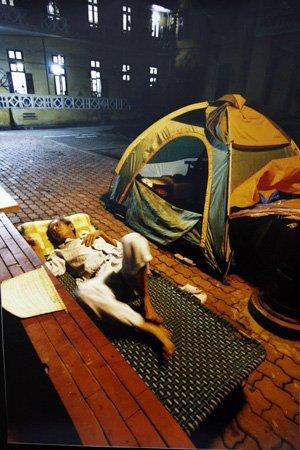 Ngủ ngoài sân