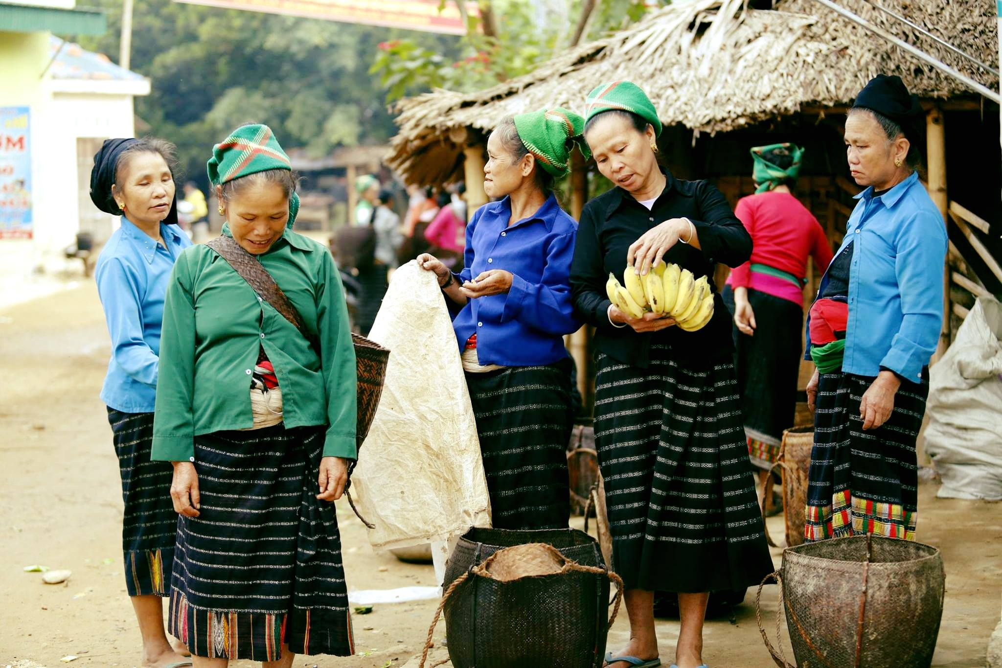 Phụ nữ dân tộc Thái đi chợ xã