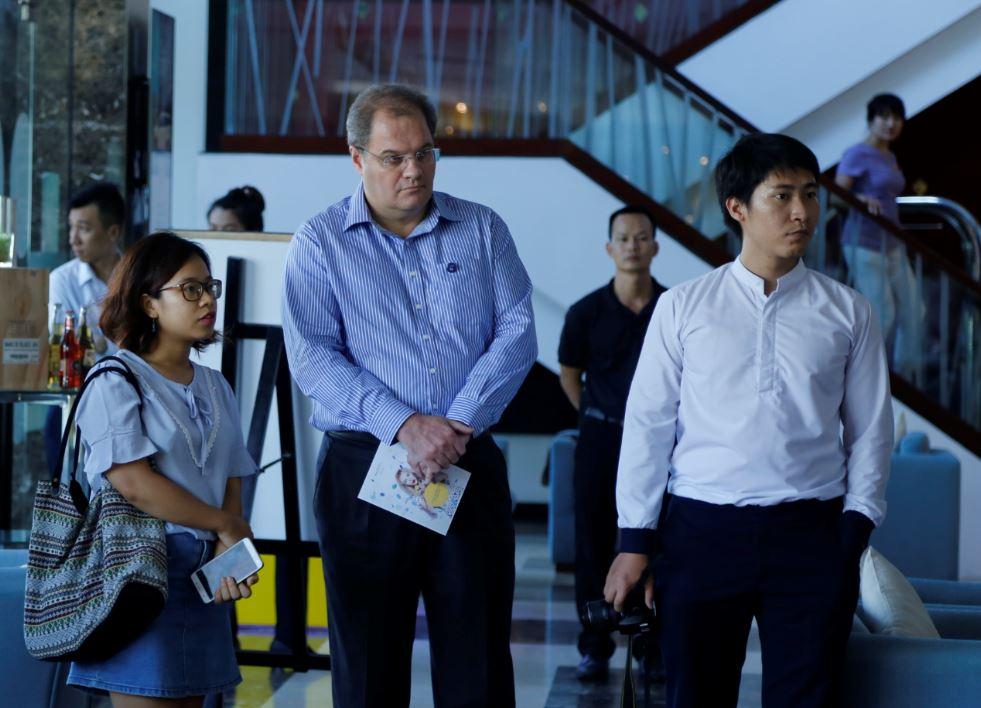 Giám đốc của Novotel Nha Trang trao đổi về ý nghĩa của chương trình